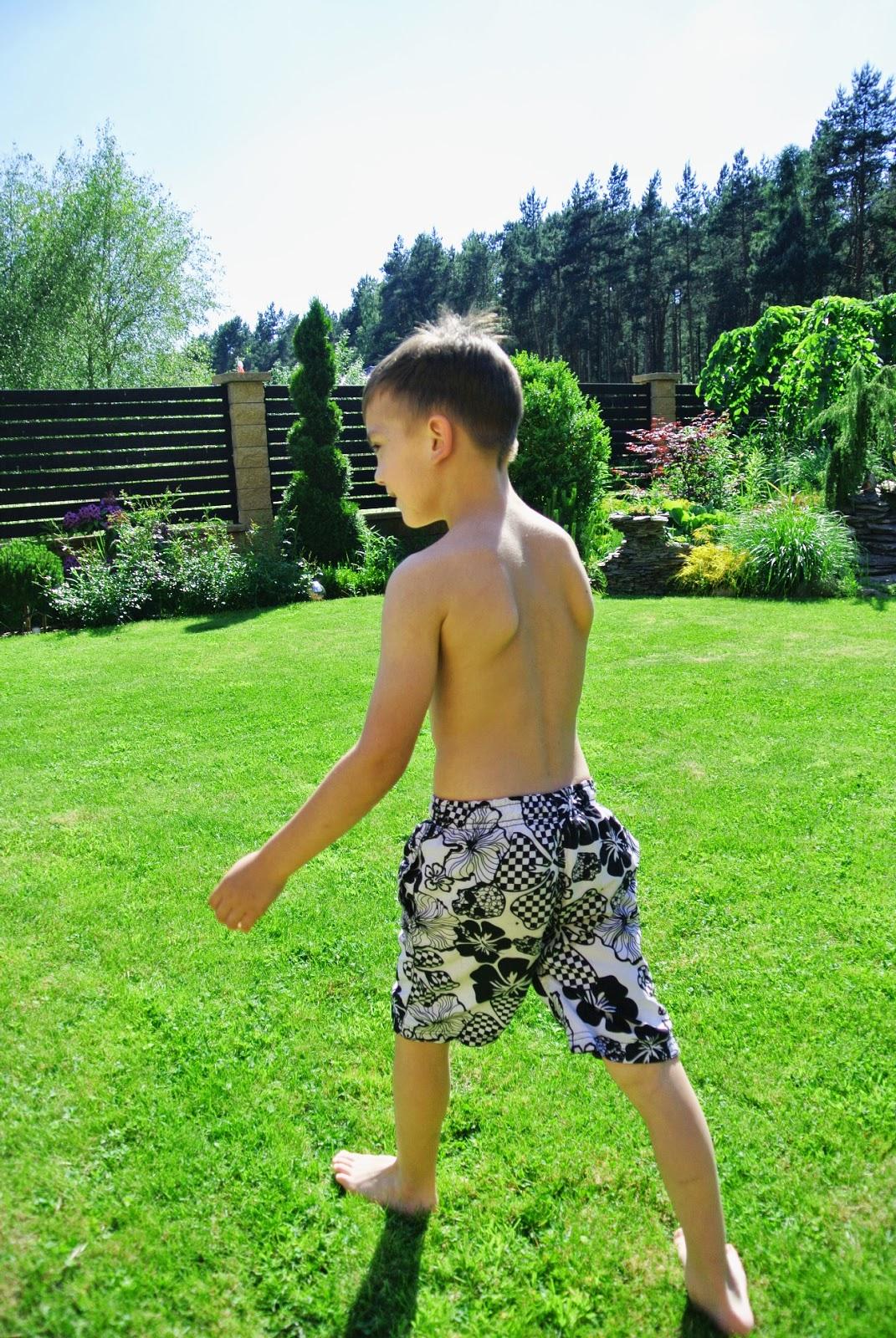 soczysta trawa,dzieci w ogrodzie,skakanie po trawie,spirala z tuji,spirale w ogrodzie,bukszpan,geometryczny ogród