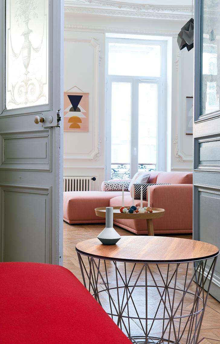 Canapé rose, suspension origami et table en bois et metal