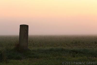 silhouette stèle borne kilométrique contre-jour aube rose brume campagne champ Seine-et-Marne