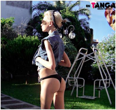 Rubia modelo de culito pequeño en bikini