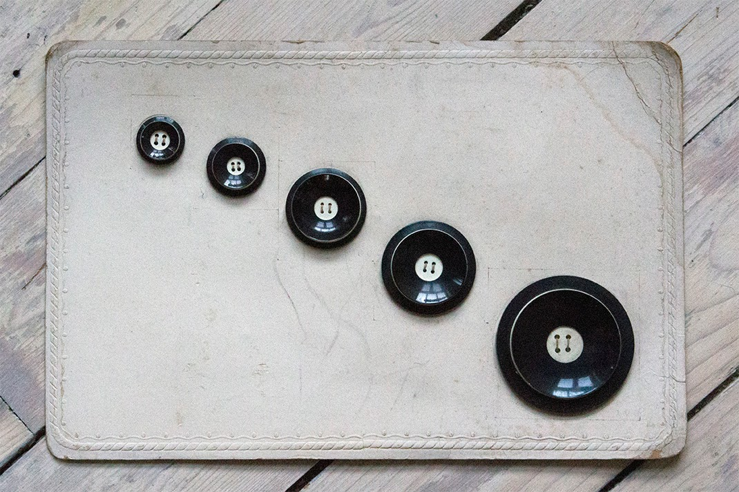 a swap: fifties or sixties: black vintage buttons