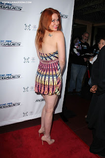 ميتلاند وارد في ستار تريك بريميير بثوب قصير يظهر أرجلها الناعمة!