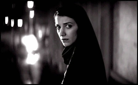 Sheila Vand en A girl walks home alone at night (Ana Lily Amirpour, 2014)