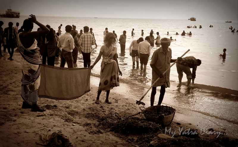 A team of cleaners around at Rameshwaram sea, Agni Teertham