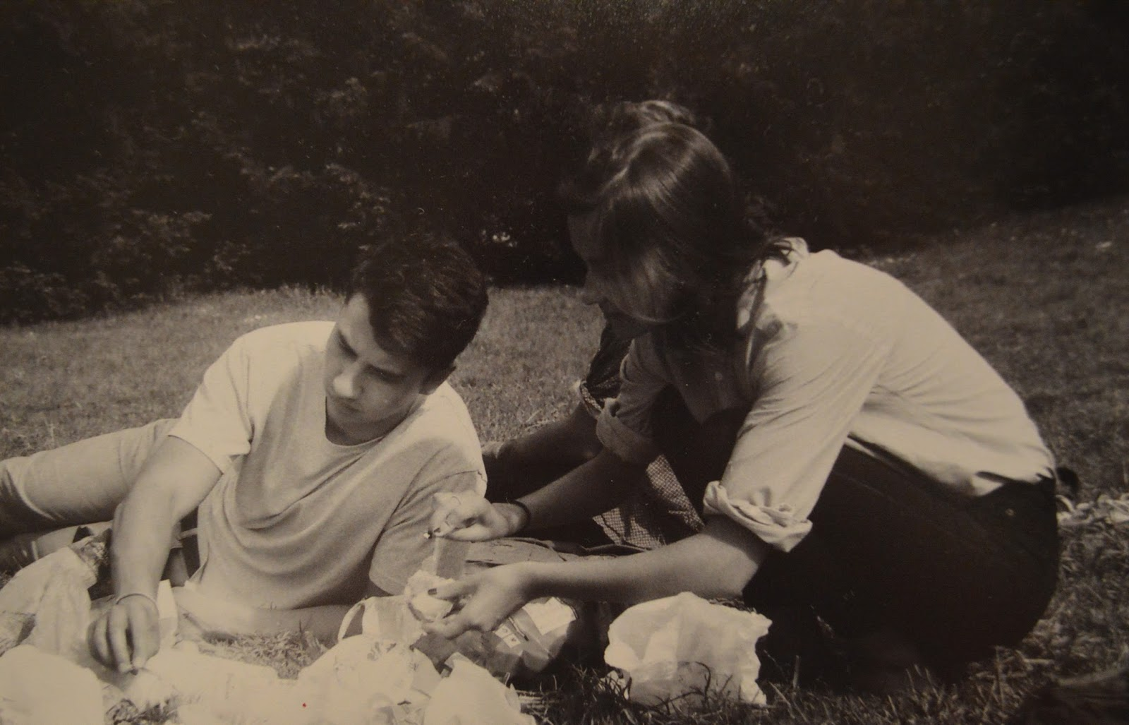 Photography: Friends picnicing in Buttes Chaumont, Paris