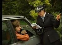 mujer policía dando una multa a un joven en su coche
