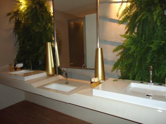 DECORA INTERI Plantas em banheiros ou lavabos cuidados -> Banheiro Decorado Com Planta Artificial
