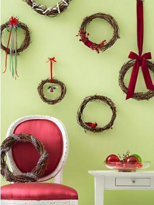 como decorar las paredes con coronas navideñas, manualidades navideñas para decorar las paredes de la casa