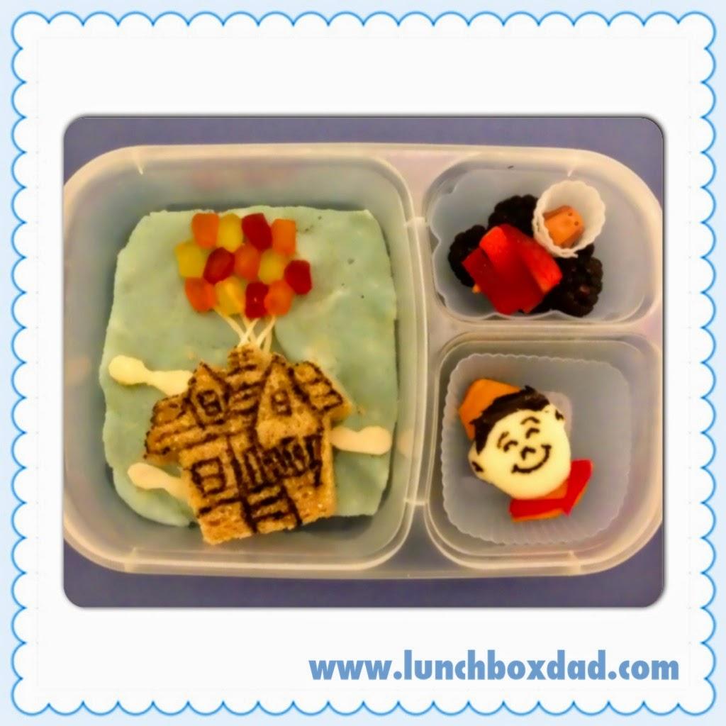 Un papa prépare une Lunch Box La maison