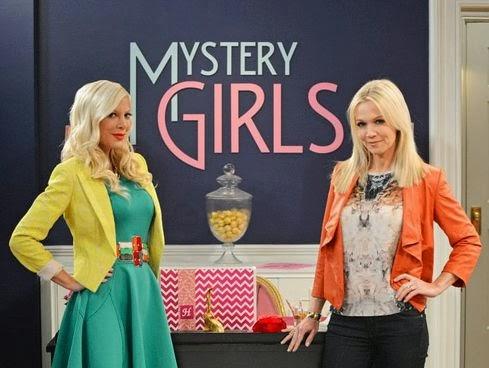 Tori Spelling y Jennie Garth, posan junto al cartel de su nueva serie, Mystery Girls