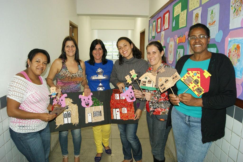 A professora Cristina Esteves (centro) apresenta, com educadoras inscritas no PNAIC, materiais de alfabetização e letramento desenvolvido por elas
