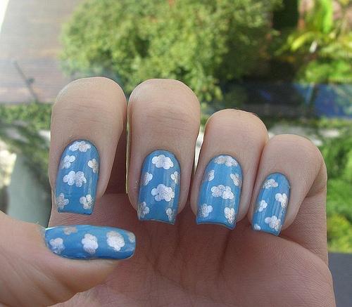 Рисунки на голубом фоне на ногтях