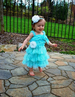 Foto bayi lucu imut bergaya dengan busana elsa frozen