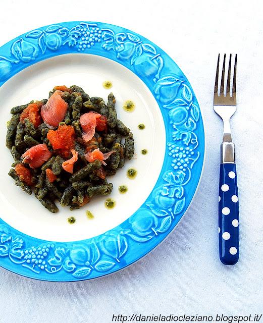 spätzle agli spinaci con sugo di pomodoro speziato e lamelle di trota salmonata affumicata