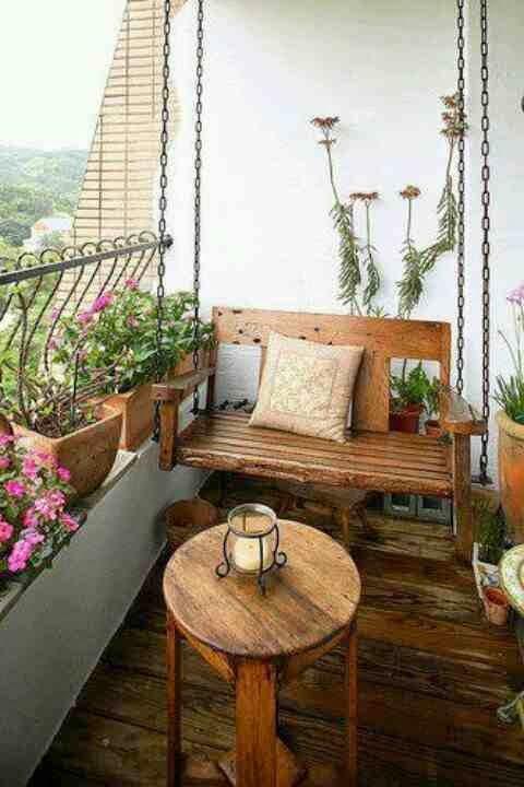 Aranżacja małego balkonu, small balkony ideas, wisząca ławka na balkonie