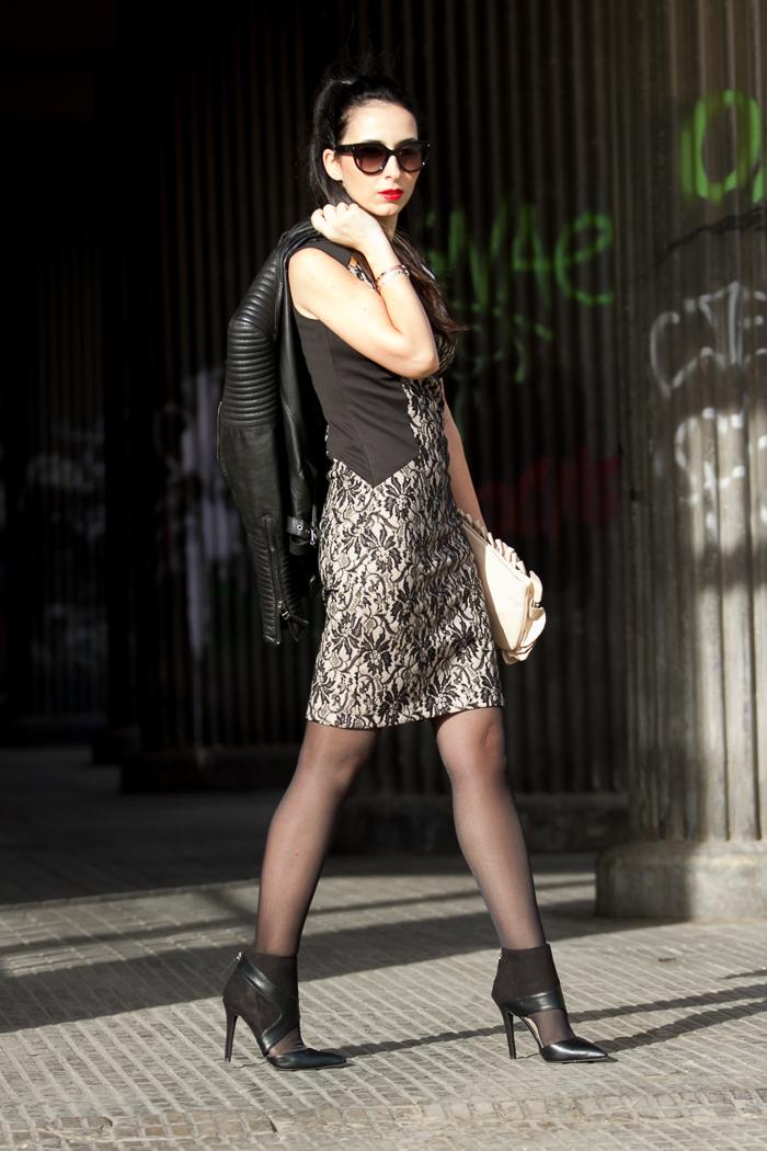 Look estilismo con vestido de encaje negro Olimara y botines recortados asimétricos negros Zara cremallera punta afilada tacón de aguja
