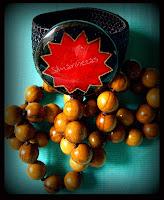 collar de bolas de madera y pulsera étnica en la feria de desembalaje 2013 en el BEC-