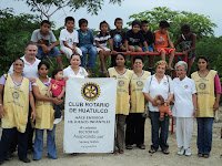 El club Rotario haciendo la entrega del set de juegos