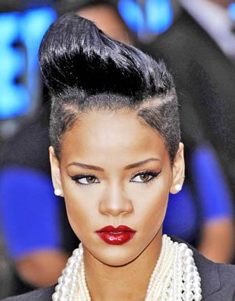 Rihanna saçlarının sağ ve sol kısmını kazıtmış dolayısı ile iki tarafı kazıtılmış bir saç kesim modeli elde etmiştir. Rihanna'nın saçlarının üst kısmı ise yanalra göre biraz daha uzundur ve bir saç şekillendirici krem ya da köpük ile saçlar dikleştirilerek Rihanna'nın marjinal bir görünüm elde etmesi sağlanmıştır.