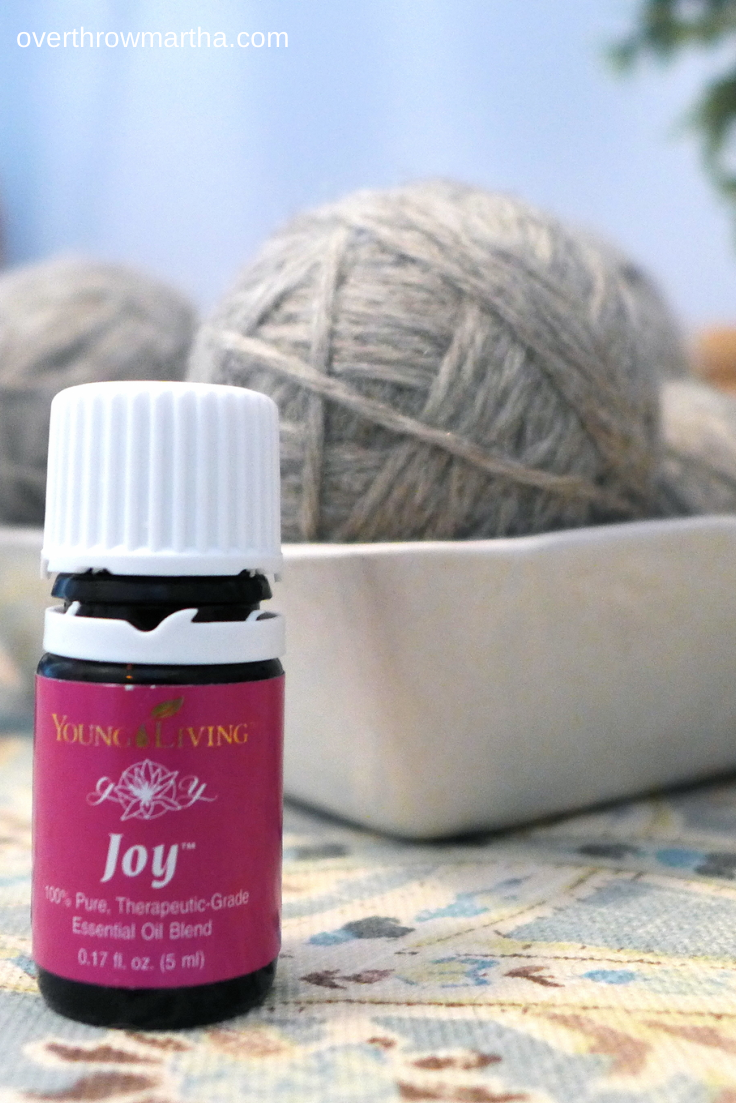 Natural Dryer Sheet Alternatives. It smells really good!! #DIY #EssentialOils #Laundry
