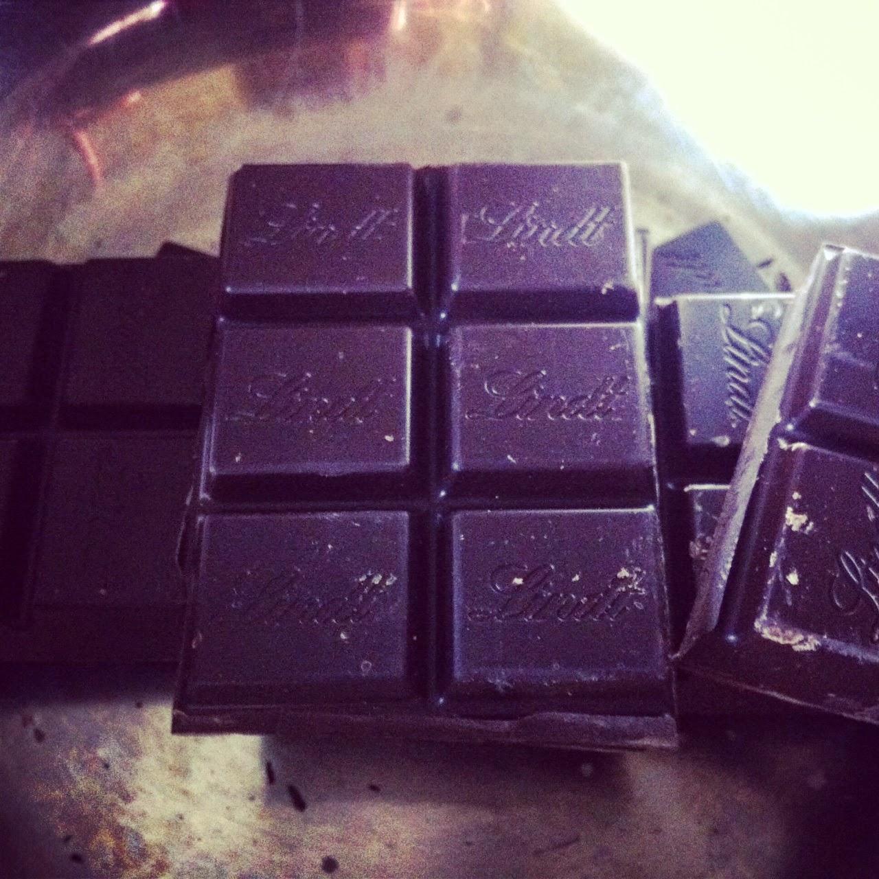Tumbas de chocolate, derritiendo el chocolate.