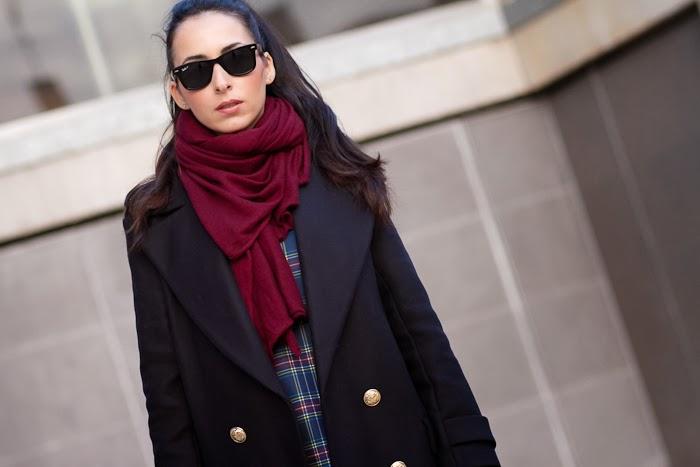 Blogger de moda española con bufanda color granate de Zara