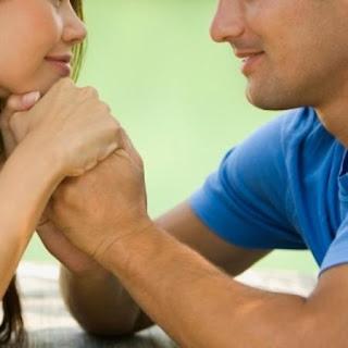 كيف تكسبين ود وحب زوجك - حياة زوجية سعيدة - زواج سعيد - رجل يمسك يد امرأة - man holding woman hand