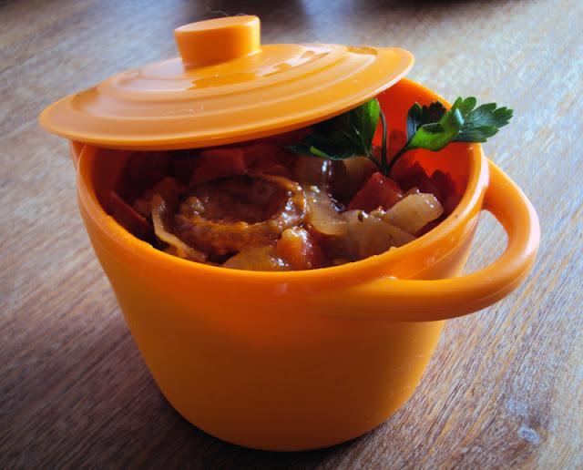 Leczo z papryki , pomidorów i cebuli z dodatkiem kiełbasy