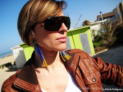 Ragazza con occhiali da sole e orecchini lunghi Lalberodelleperline