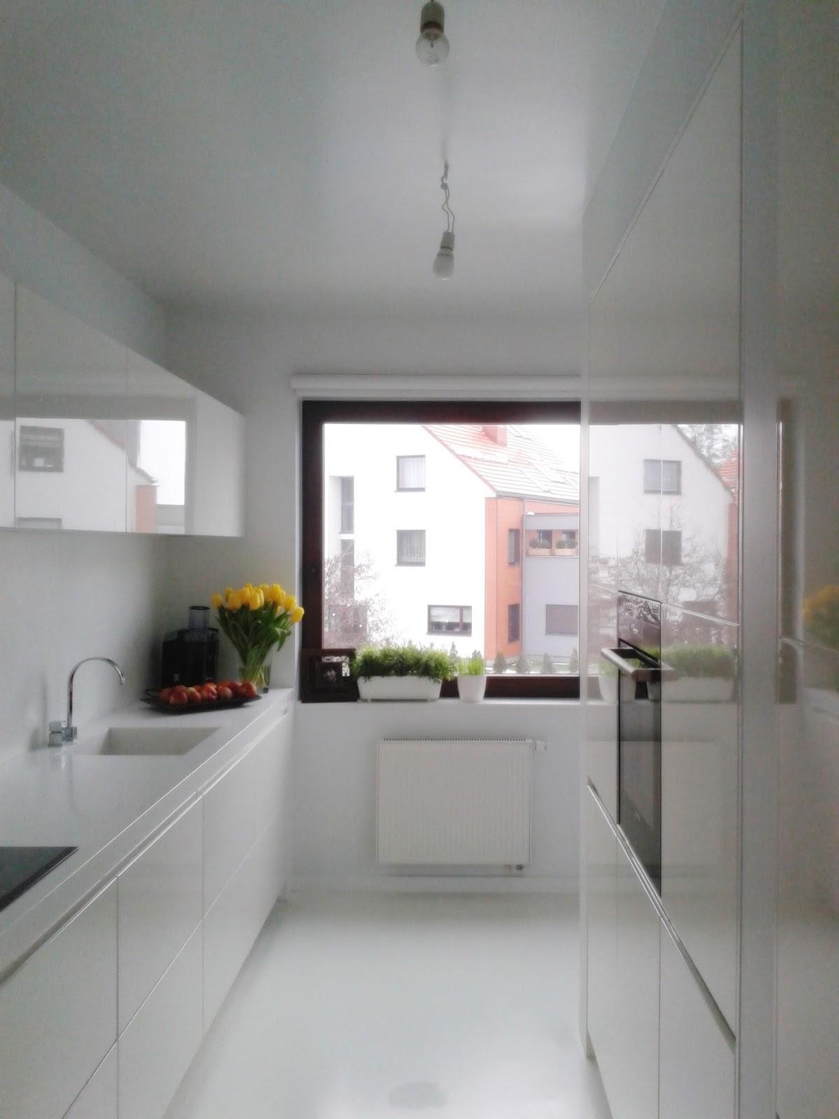 Nowoczesna, minimalistyczna kuchnia na wysoki połysk, białe meble kuchenne, Osiedle Bursztynowe Wrocław