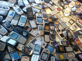 (Argentina, 5 de mayo-Noticias24).- Greenpeace advirtió este sábado que al menos en Argentina si se hubiesen reciclado 10 millones de teléfonos celulares en 2011, se habría obtenido casi 12,5 millones de dólares en oro; 1,8 millones de dólares en plata y 664 mil dólares en cobre. La situación es similar en el resto de la región, aunque no se cuenta con estadísticas oficiales De acuerdo con cifras compiladas en 2010 por la Plataforma Regional de Residuos Electrónicos en Latinoamérica y el Caribe (Relac), mientras que en Argentina los ciudadanos tiran unos 3 kilogramos de basura electrónica cada año, en el