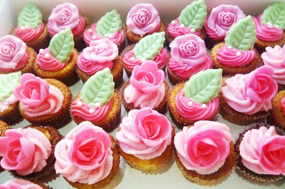 beaucoup de cupcakes avec décoration mangeables