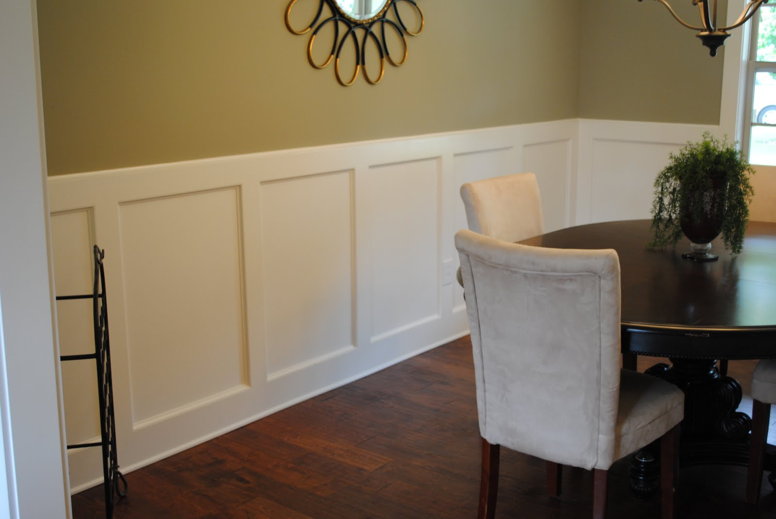 Dining room with chair rail