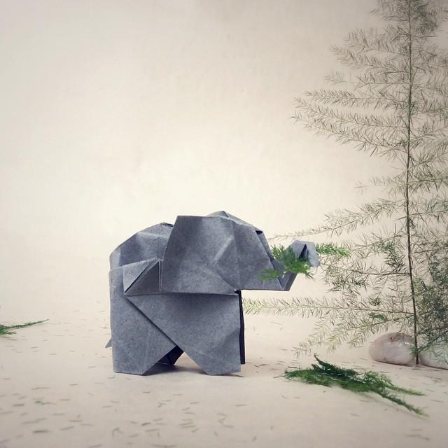 Adorables origamis en escenas construidos con objetos cotidianos