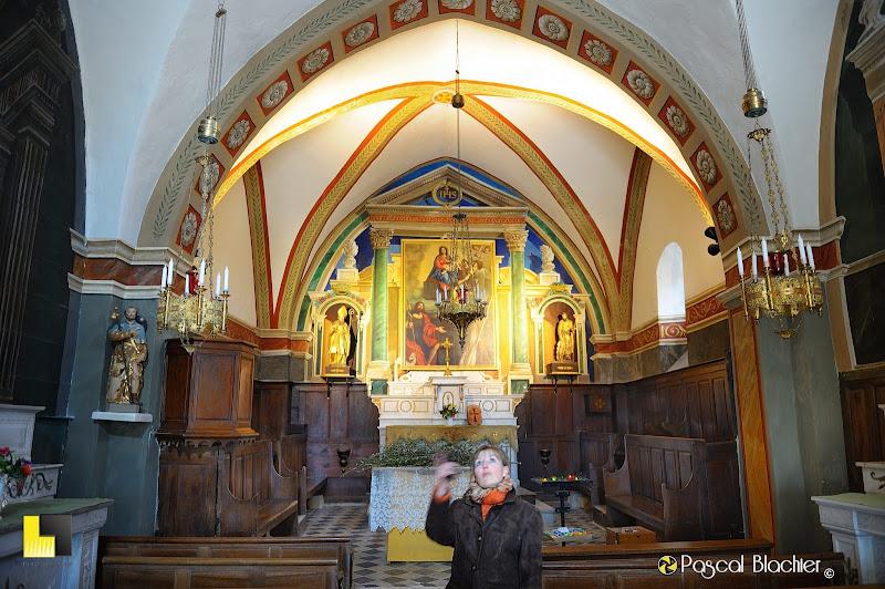 valérie blachier regarde le plafond peint de la petite église de brantes dans le vaucluse photo pascal blachier au delà du cliché
