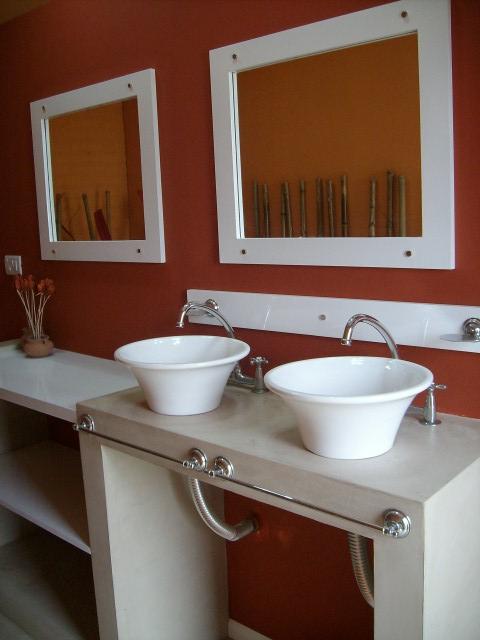 Mesadas De Baño En Microcemento:La mesada se realizó en estructura metálica y placa de yeso y luego