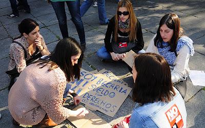 haciendo carteles para la protesta