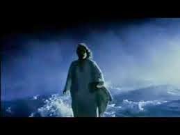 Jeus andando em meio as tempestade