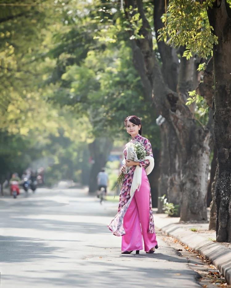 Người đẹp áo dài thước tha trên hè phố