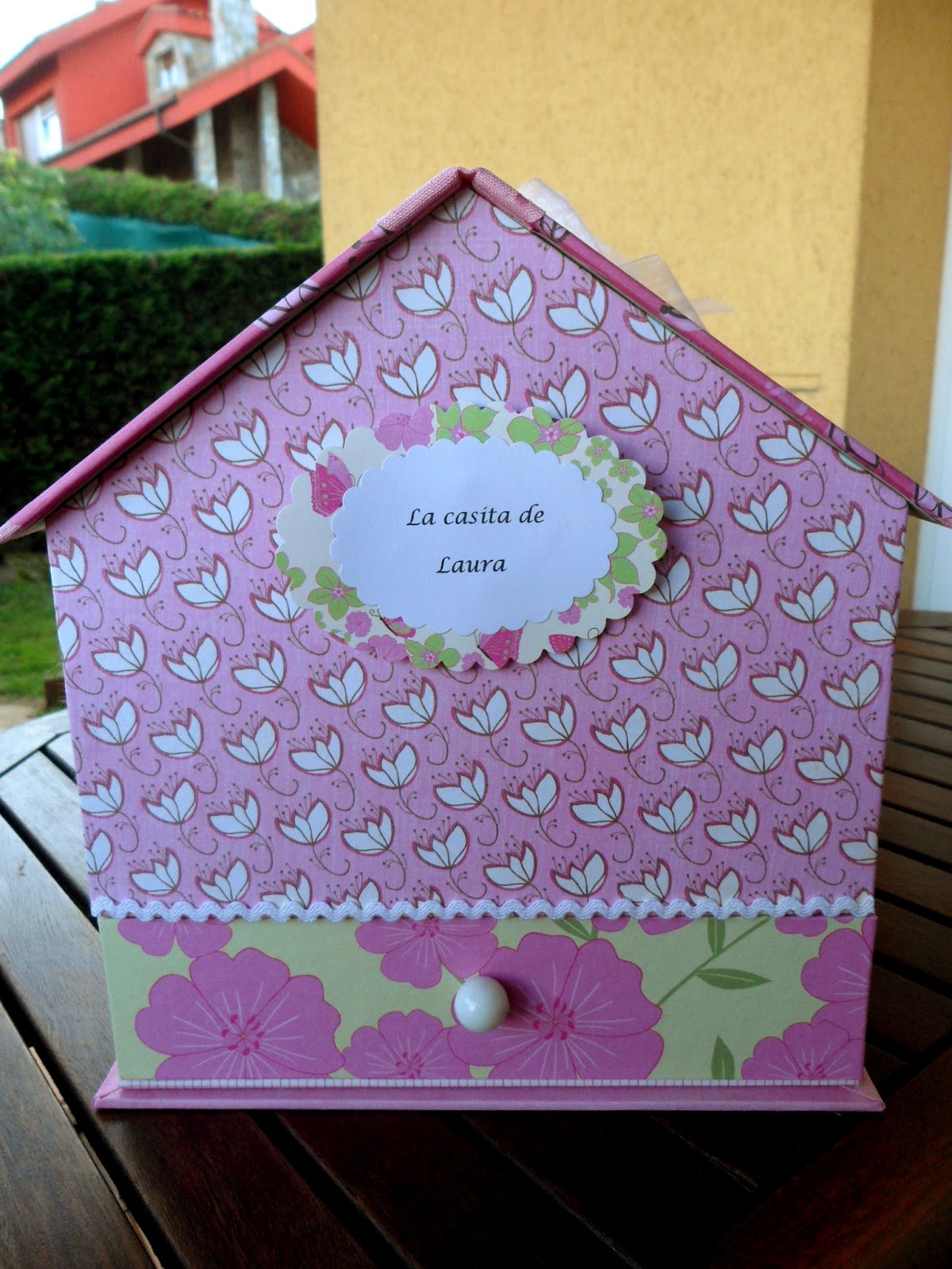 De cart n y trapo casita para guardar los secretos de una for Casitas de patio para almacenar