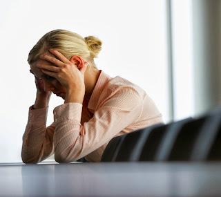 Une femme stressée au bord de la crise de nerfs.
