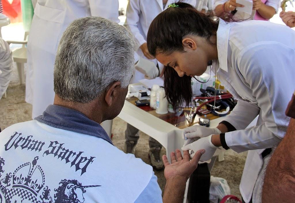 Teste de glicemia, serviço gratuito oferecido na ação de saúde e cidadania