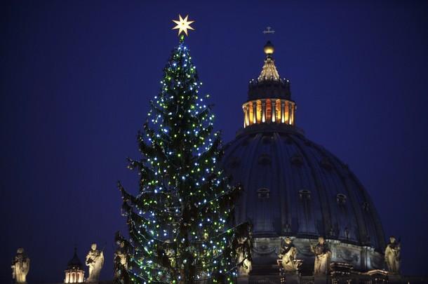 Natale 2011. arrivato dall'ucraina l'albero, un abete rosso di 30