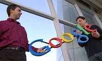 1. Penemu Google - Larry Page dan Sergey Brin     Di dunia internet siapa yang tidak kenal Google, perusahaan yang berbasis di Amerika Serikat ini berfokus pada produk-produk di Internet dan dikenal orang sebagai seacrh engine atau mesin pencari di internet yang paling banyak digunakan di dunia. Penemu Google adalah Larry Page dan Sergey Brin. Sejarah penemuan Google berawal dari pertemuan dua orang tersebut, Larry Page yang merupakan seorang alumni dari Universitas Michigan dan juga Mahasiswa Ph.D di Universitas Stanford yang saat itu tengah menikmati kunjungan akhir pekannya yang kemudian bertemu dengan Sergey Brin yang kebetulan mengantar Larry Page keliling. Dalam pertemuannya kedua orang ini, Larry Page dan Sergey Brin sering terlibat  dalam diskusi panjang dikarenakan mereka memiliki pandangan atau pendapat yang berbeda sehingga sering berdebat.  2. Penemu Mesin cetak - Johannes Gutenberg    Johannes Gensfleisch zur Laden zum Gutenberg lahir di kota Mainz sekitar 1398, Jerman, tercatat sebagai seorang penemu mesin cetak pertama kali, putra bungsu dari pedagang kelas atas Friele Gensfleisch zur Laden, dari istri keduanya Else Wyrich. Menurut beberapa laporan Friele adalah seorang tukang emas untuk uskup di Mainz, namun kemungkinan besar ia juga melakukan perdagangan kain sebagai sumber penghasilannya. Tahun kelahiran Gutenberg tidak diketahui persis namun kemungkinan besar sekitar 1398.  3. Penemu Teleskop - Hans Lippershey    Hans Lippershey dikenal juga Johann Lippershey atau Lipperhey, adalah seorang pembuat lensa berdarah Jerman-Belanda. Ia dilahirkan di Wesel, Jerman Barat. Kemudian ia menetap di Middelburg, Belanda pada 1594, serta menikah pada tahun yang sama, dan menjadi warganegara Belanda pada 1602. Ia tinggal Middelburg sampai kematiannya. Teleskop Galileo, bukanlah teleskop pertama yang ditemukan. Sebelum Galileo, banyak peneliti yang mengklaim bahwa dirinya adalah penemu teleskop. Meskipun begitu, teleskop Galileo adalah suatu alat yang lebih baik 