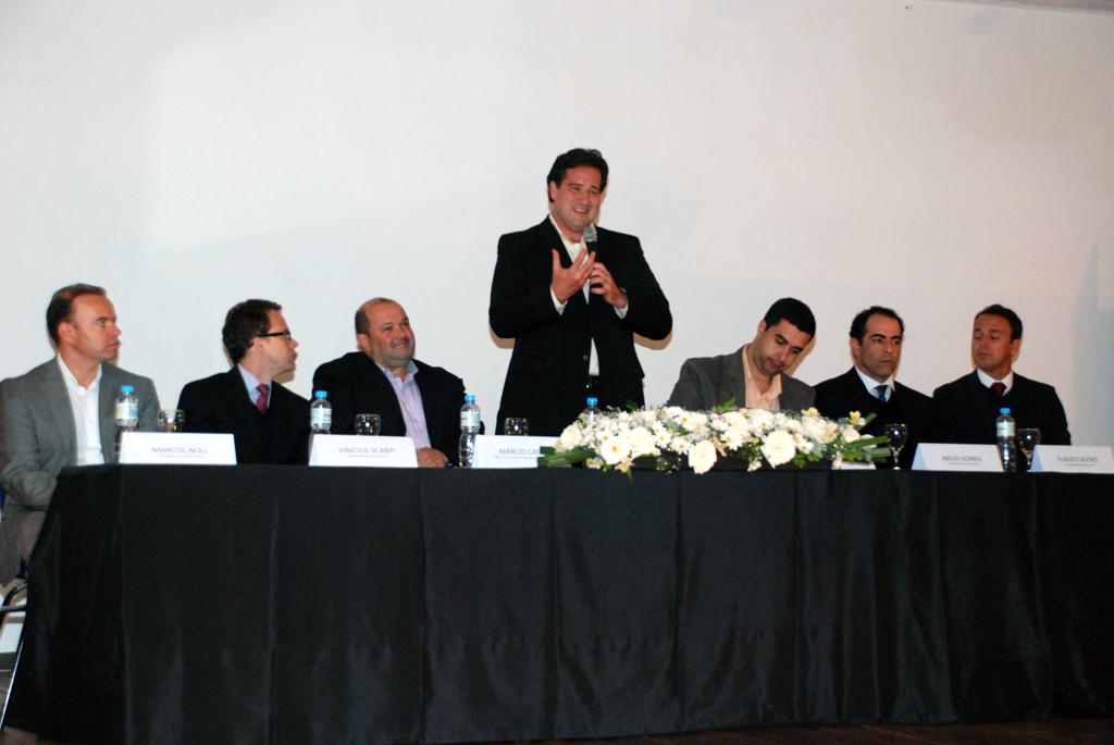 """Presidente do Grupo Estácio, Rogério Melzi (de pé): """"Nossa chegada corrige o que chamamos de desvio histórico, uma falha por não estarmos presente em Teresópolis"""""""