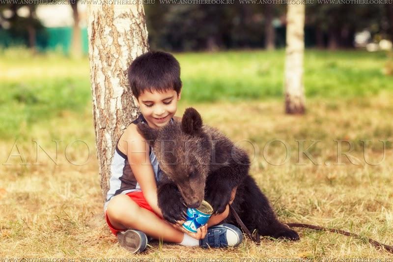 Медвежонок и мальчик