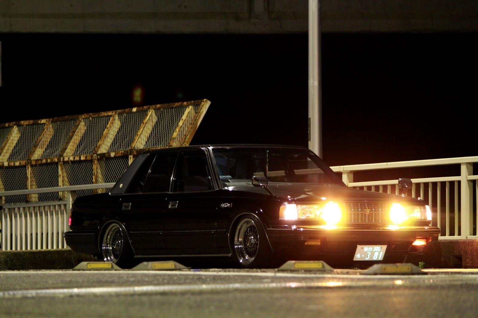 Toyota Crown S12, japoński samochód, motoryzacja, jdm, zdjęcia, fotki, photos, tuning, nocna fotografia, samochody nocą, po zmroku, auto, sedan, luksusowy, komfortowy, wysoka jakość, klasyk, stary