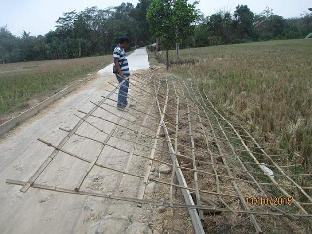 Material Jalan Beton di Patokbeusi Menggunakan Anyaman Bambu