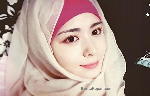 Foto Wanita Cantik Berhijab Karena Menjadi Mualaf