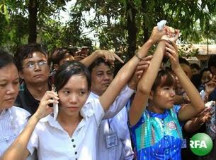 သပိတ္ေမွာက္ေက်ာင္းသူ ဗကသအတြင္းေရးမွဴး မၿဖိဳးၿဖိဳးေအာင္နဲ႔ မအိသဥၨာေမာင္ တို႔ကို ဧၿပီလ ၇ ရက္ေန႔က လက္ပံတန္းၿမိဳ႕နယ္ တရားရံုးမွာ ရုံးထုတ္လာစဥ္။ Photo: Kyaw Zaw Win/RFA